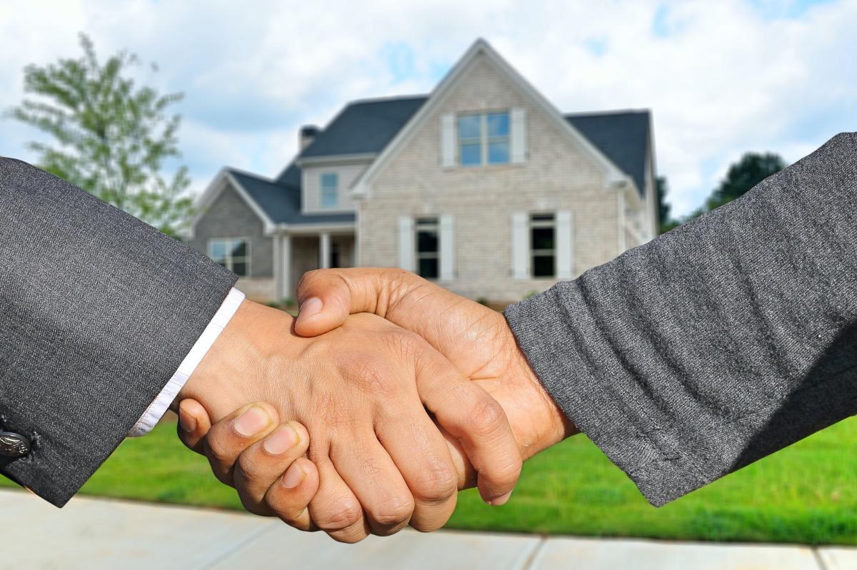Stretta di mano per la vendita della casa